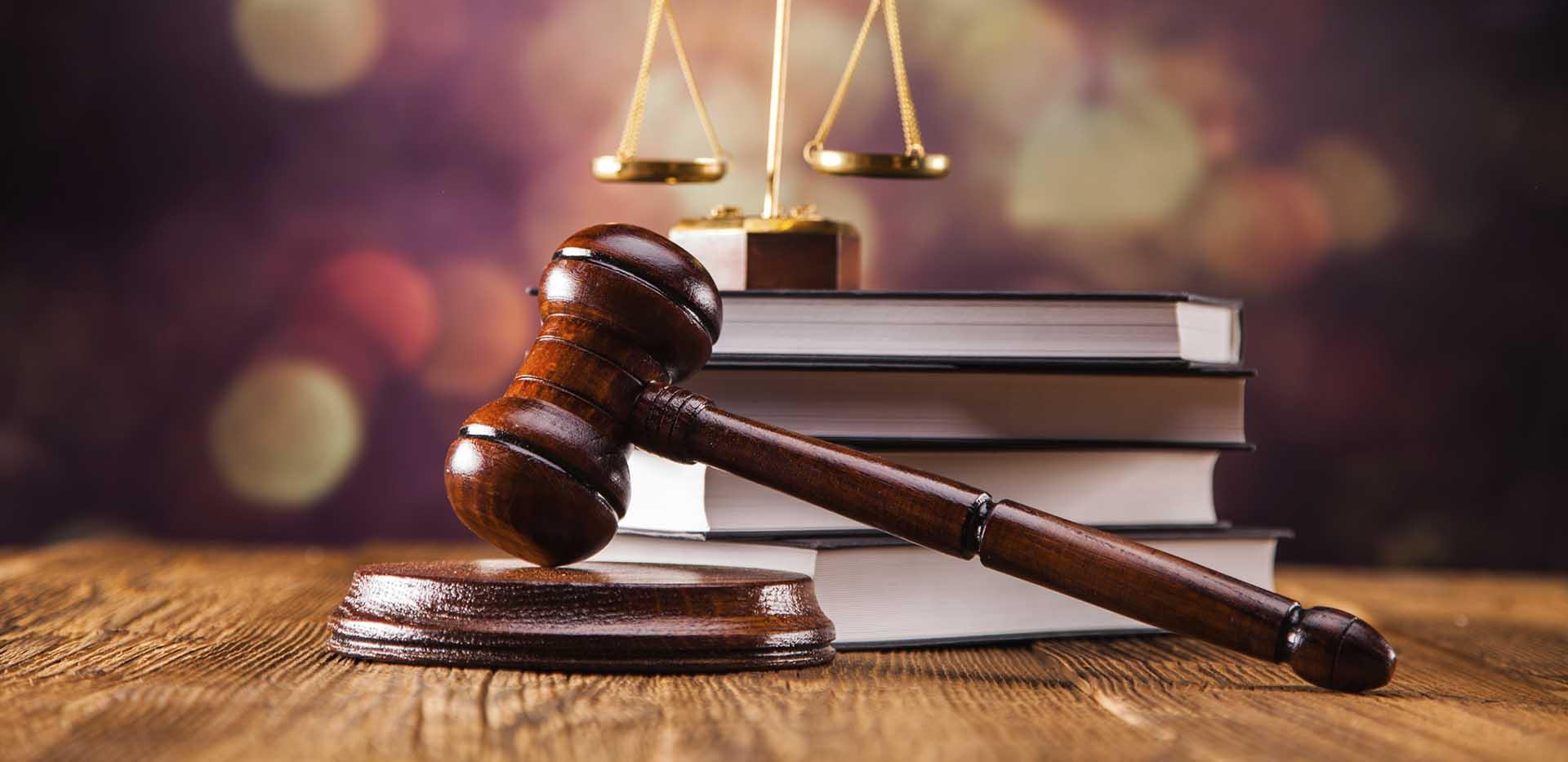 hakim tokmagi ve hukuk terazisi